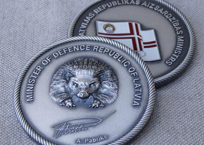 Medaljons (apsudrabots, vecināts varš, ieklāta metāla krāsa)